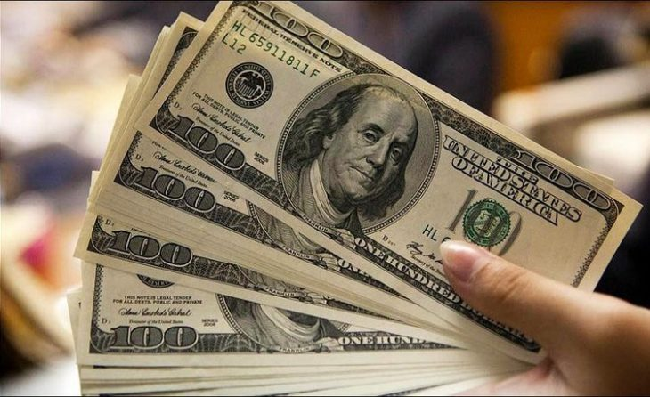 La compra de dólares para ahorro tendrá el impuesto de 30% y continuará vigente el cepo