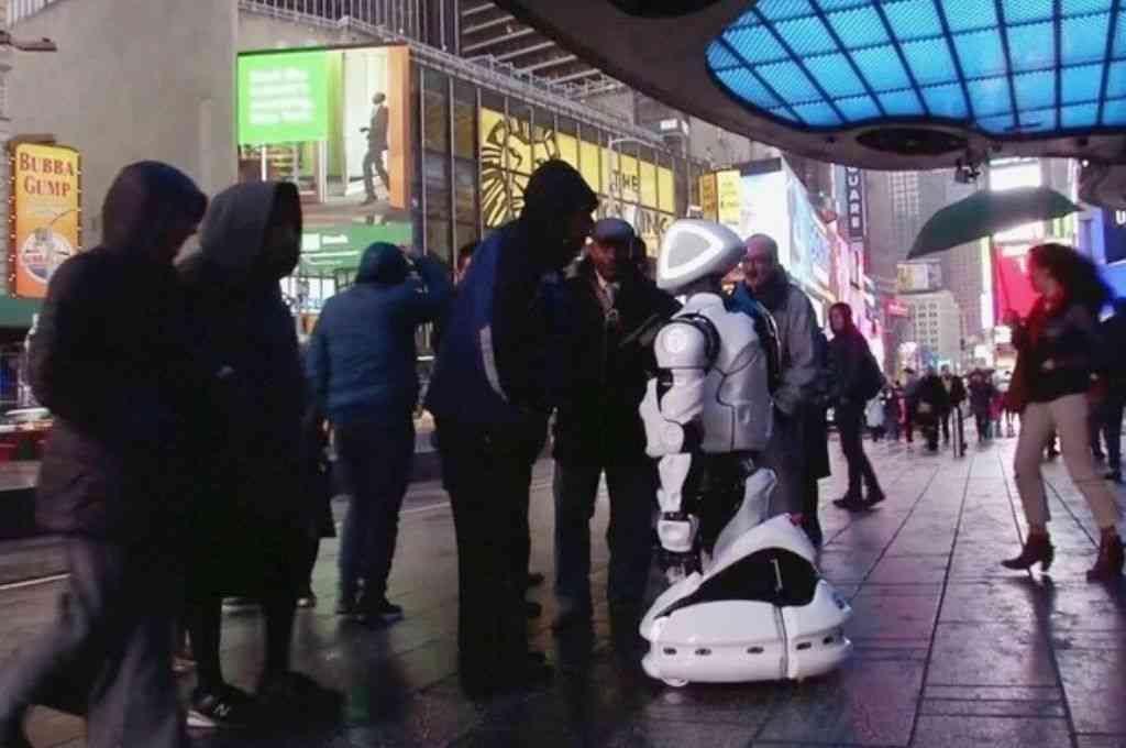 El androide que diagnostica el coronavirus en pleno Times Square de Nueva York