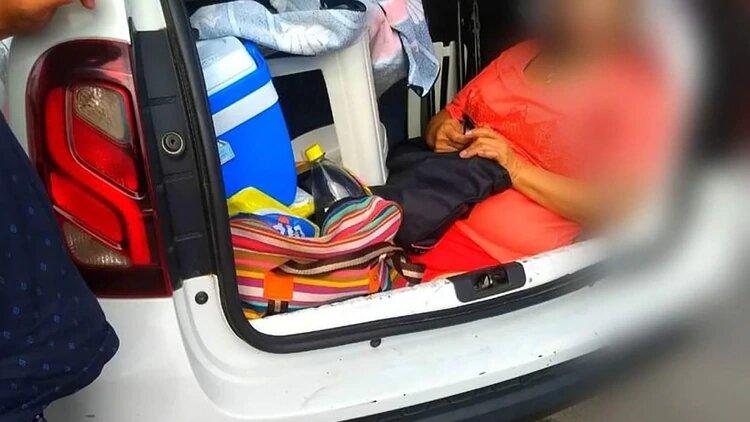 Un argentino fue multado en Florianópolis por llevar a su suegra en el baúl del auto