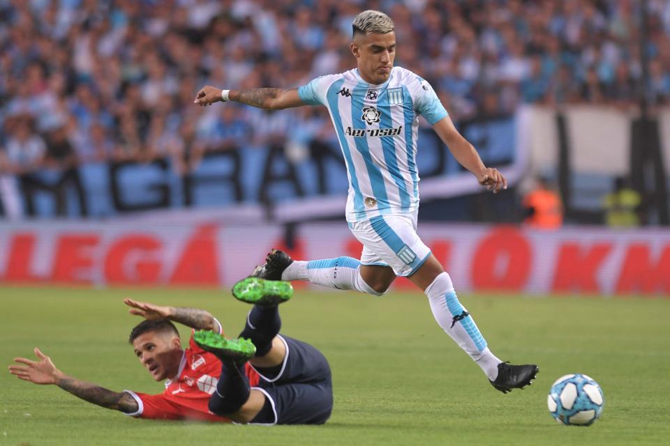 En un clásico de Avellaneda con cuatro expulsados, Racing superó a Independiente y logró un triunfo heroico