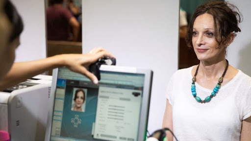 Médica, periodista y cantante: la historia de Isha, la mujer trans que recibió su DNI rectificado en la Casa Rosada