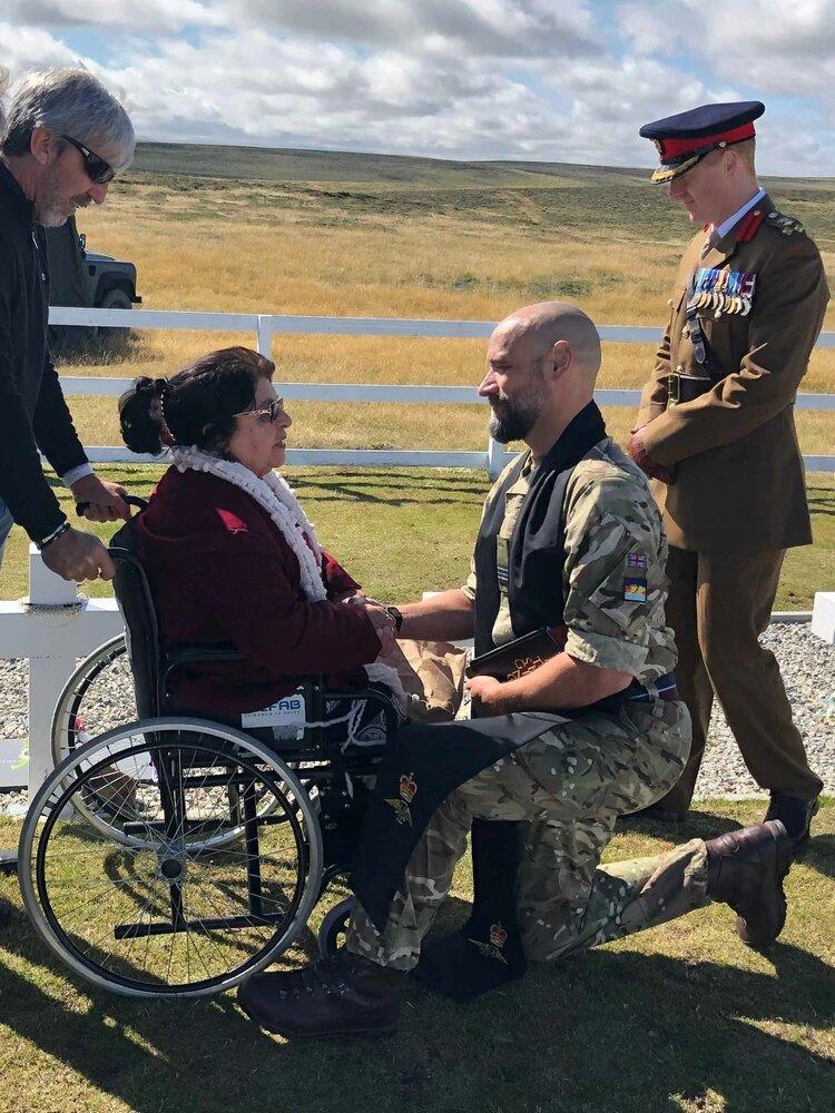 Malvinas: honores para la madre de un soldado argentino que por primera vez visitó la tumba de su hijo