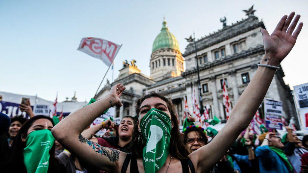 """Según una encuesta realizada en el país, el 43% de los argentinos aprueba el aborto """"en cualquier caso"""""""