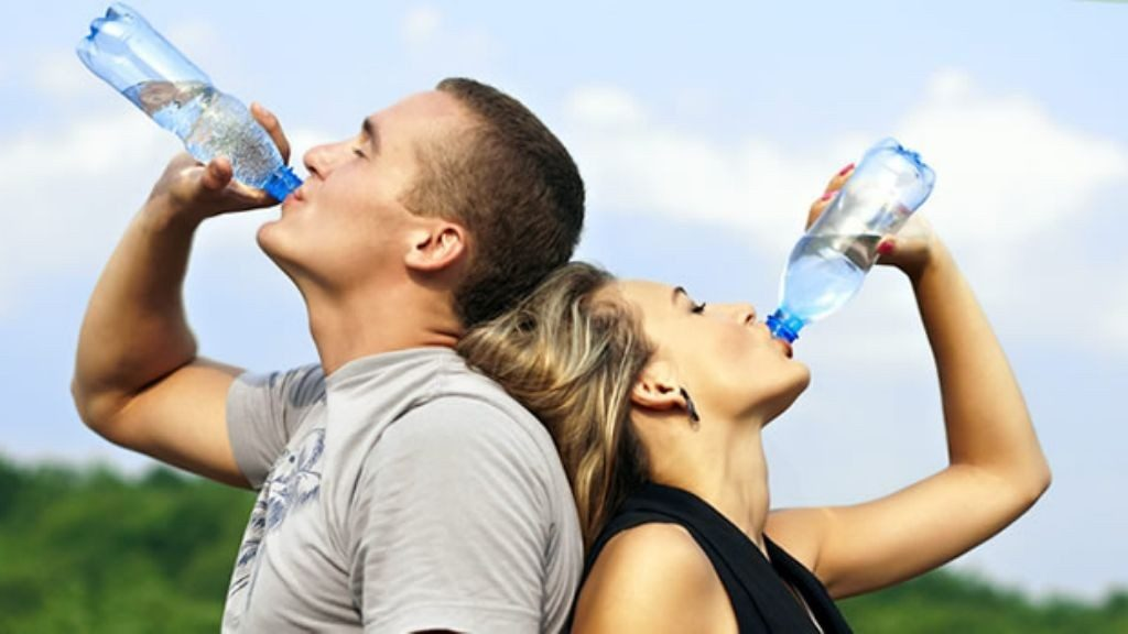 ¿Bebes agua de más? Conocé sus peligros